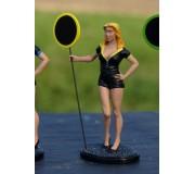 LE MANS miniatures Figurine Lisa, hôtesse de piste