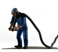 LE MANS miniatures Figurine René, refueller droit Team Matra 1974